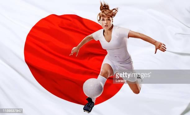 joueur féminin de football avec le football et le drapeau japonais - european football championship photos et images de collection
