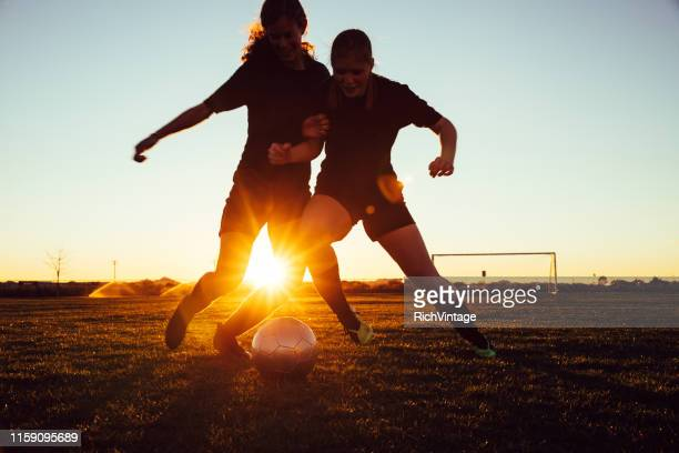 les joueuses de soccer s'affrontent pour le ballon - american football sport photos et images de collection
