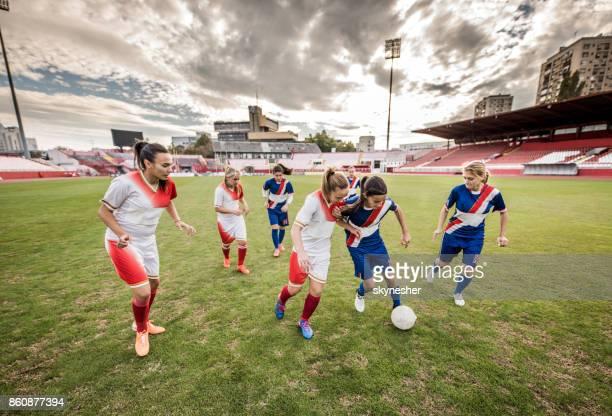 joueurs de soccer féminin en action pendant le match dans un stade. - football féminin photos et images de collection