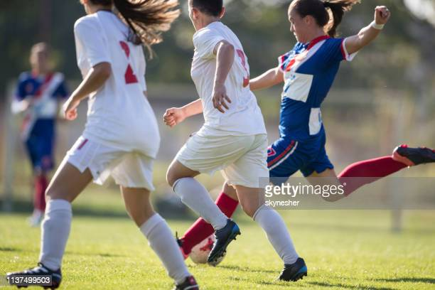weibliche fußballspieler im einsatz während der partie auf dem spielfeld. - frauenfußball stock-fotos und bilder