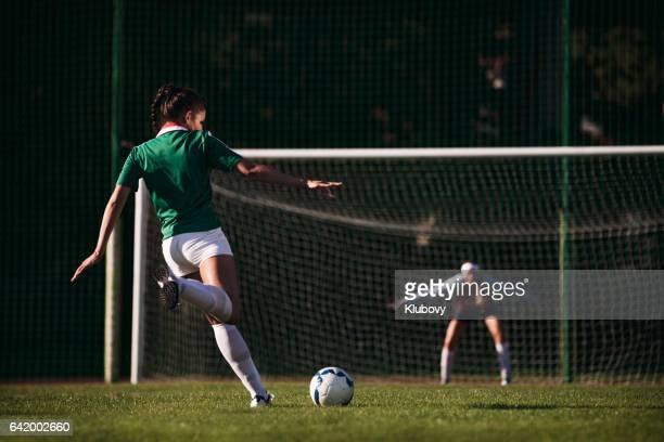 jogadoras de futebol feminino - pênalti - fazer um gol - fotografias e filmes do acervo