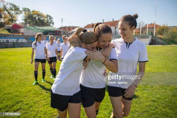 vrouwelijke voetballers samen na wedstrijd - damesvoetbal stockfoto's en -beelden