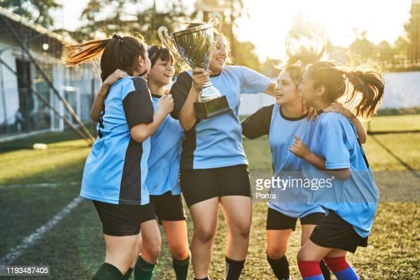 成功を祝う女子サッカーチーム - team sport ストックフォトと画像
