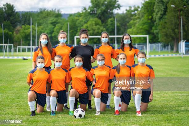covid-19. weibliche fußballmannschaft während der coronavirus-pandemie. - fußballmannschaft stock-fotos und bilder