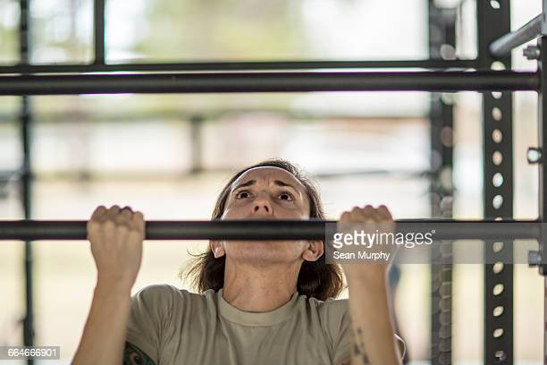 female soldier doing pull ups at military air force base - military training stock pictures, royalty-free photos & images