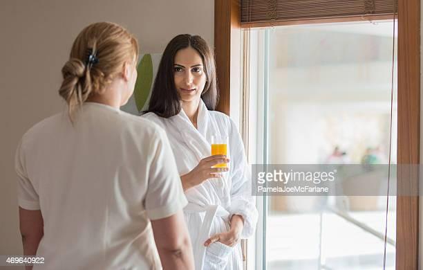 Weibliche Spa-Therapeut Beratung mit nahöstlichen Frau Hotel Gästezimmer
