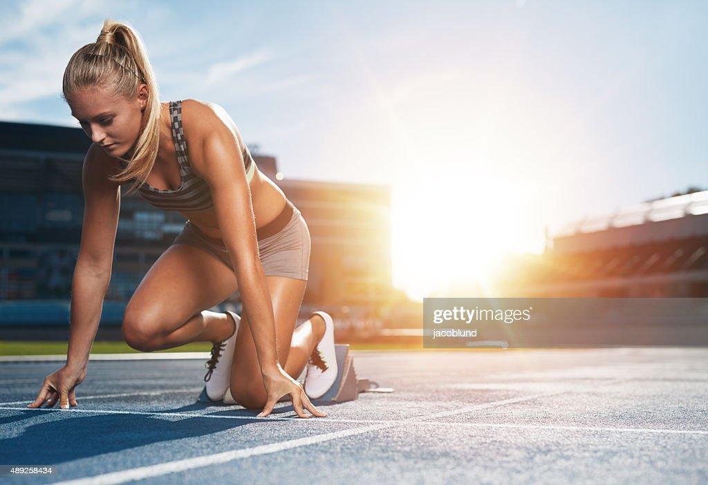 Weibliche sprinter in track Startblöcken : Stock-Foto