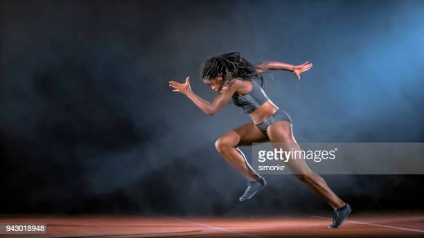 female sprinter running - sprint imagens e fotografias de stock
