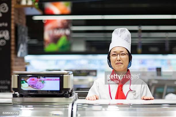 女性スタッフは、デリカテッセンのスーパーマーケット