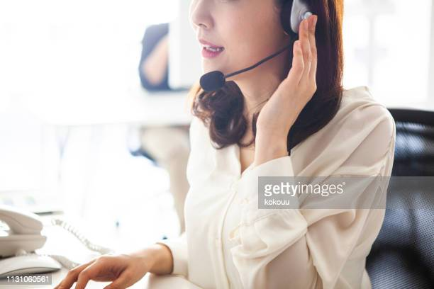 顧客サービスの女性スタッフ - 助ける ストックフォトと画像