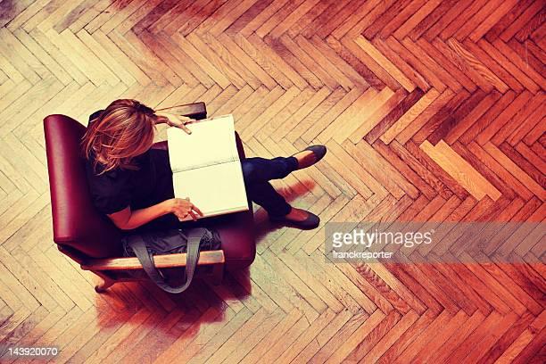 Étudiante assis et lisant un livre