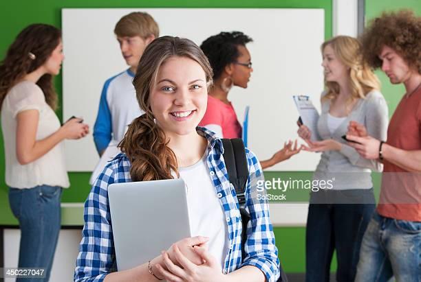 Female student lächelnd in die Kamera.