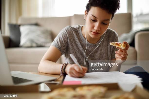 estudante, estudar e ouvir música em casa - overworked - fotografias e filmes do acervo