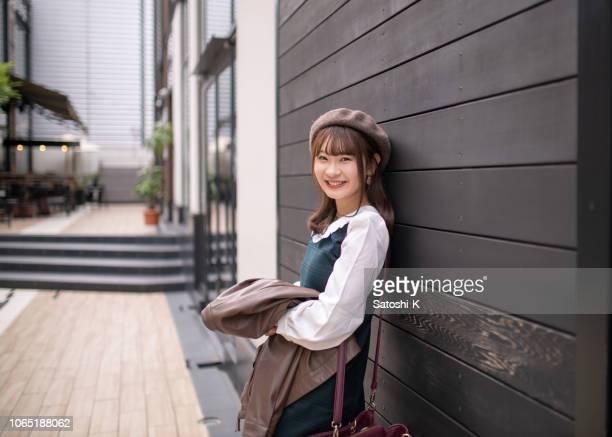 女子学生都市で誰かを待っています。 - 女子大生 ストックフォトと画像