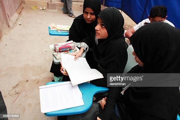weibliche studenten anlässlich klasse street schule von arm - pakistan stock-fotos und bilder