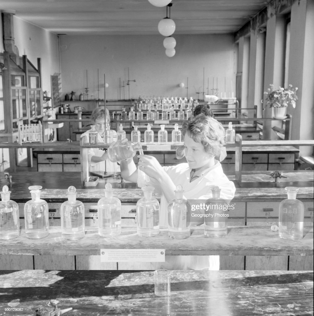 Female students in a laboratory of the Chemistry Department of the University of Helsinki 1960 : News Photo
