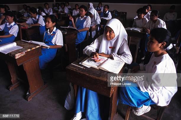 female students in class - kopfbedeckung stock-fotos und bilder