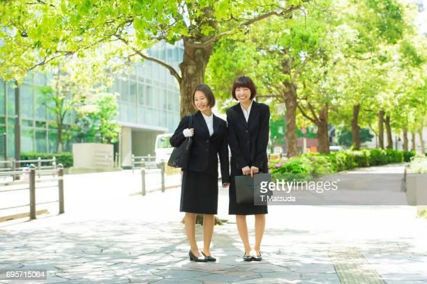 female students wear a black suit for job hunting - formele zakelijke kleding stockfoto's en -beelden