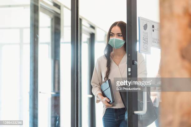 female students wear masks to attend class during covid-19 - chegada imagens e fotografias de stock