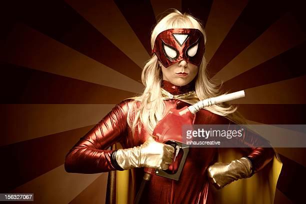 Femme Super-héros tenant gaz Pompe à essence