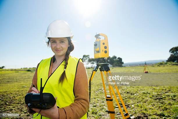 female surveyor using theodolite - inspetora - fotografias e filmes do acervo