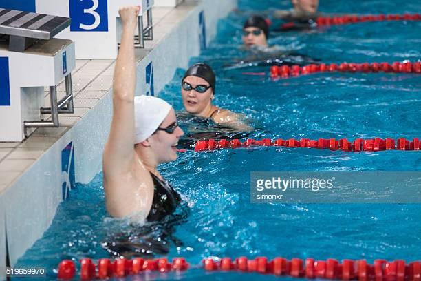 Femme natation dans la piscine