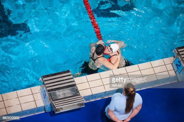 Kvinnliga simmare gratulera för seger