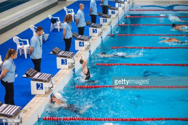 mujer natación competición, butterfly stroke, ganador celebrando - oficial deportivo fotografías e imágenes de stock