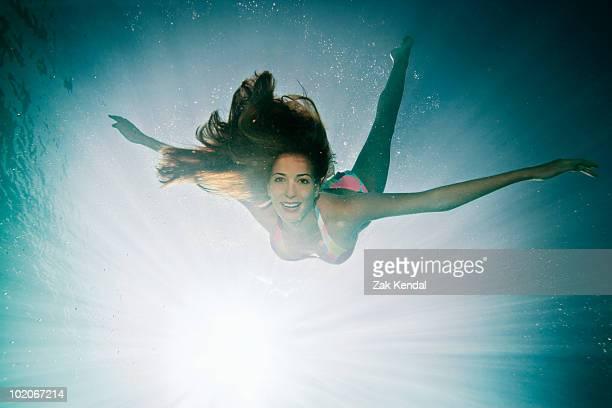 Weibliche Schwimmen in Richtung Kamera