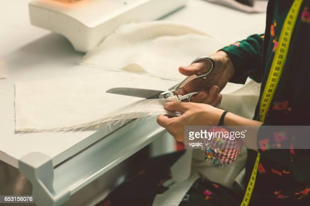 彼女のワーク ショップで女性のテーラー - 裁縫道具 ストックフォトと画像