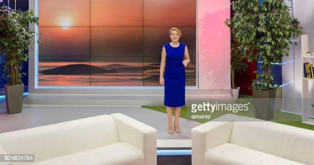 女性のトークショー ホストの紹介スピーチ - トーク番組司会者 ストックフォトと画像