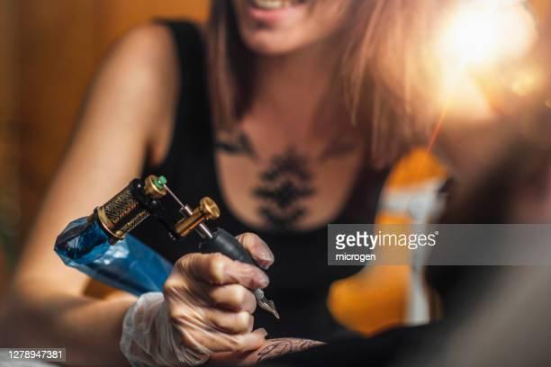 female tattoo artist - tatoeage stockfoto's en -beelden