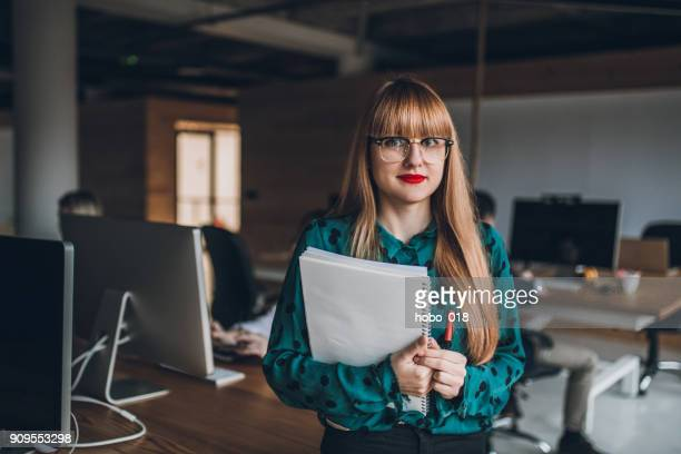 female teamleader in creative office - creative director stock pictures, royalty-free photos & images