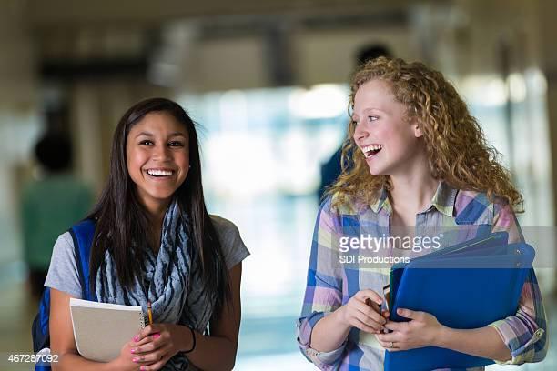 10 代の女子学生の廊下をお歩きに高校クラス