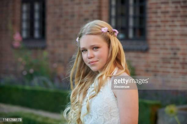 vrouwelijke tiener in traditionele religieuze bevestiging jurk - witte jurk stockfoto's en -beelden