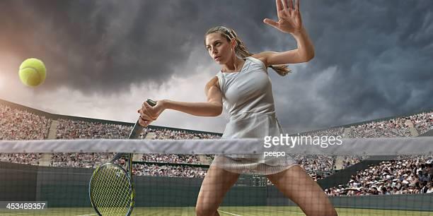 Femme de Tennis sur le point de toucher le ballon