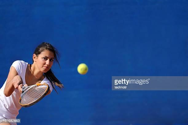 Femme de tennis dans backhend drive