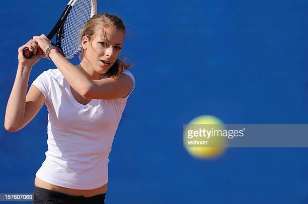 Femme de tennis dans l'action