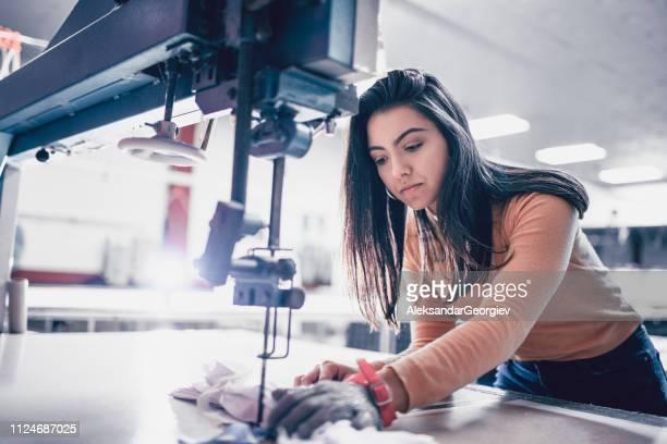 ouvrier de textile féminin avec gant de protection - hands in her pants photos et images de collection