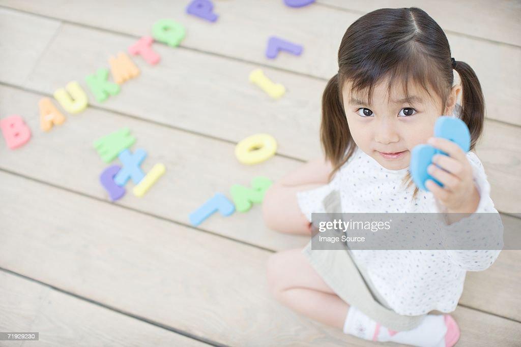 Weibliche Kleinkind spielt mit lehrreichen Spielsachen : Stock-Foto