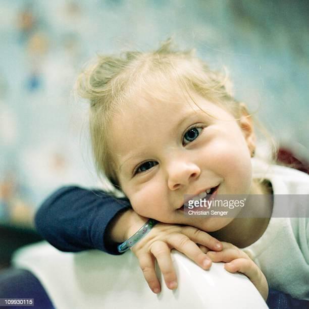 female toddler smiling - braccialetto foto e immagini stock