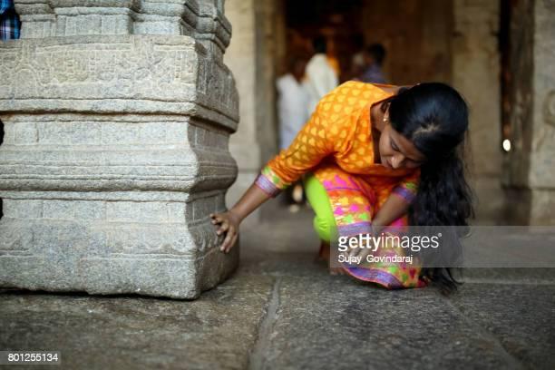 lepakshi で女性観光客 - アンドラプラデシュ州 ストックフォトと画像