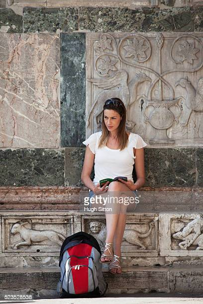 female tourist at st mark's square - hugh sitton stock-fotos und bilder