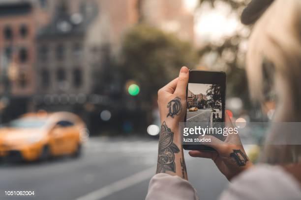 turismo feminino em nova york tirando fotos com o telefone - photo messaging - fotografias e filmes do acervo
