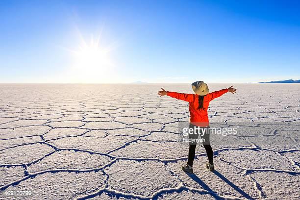 雌観光にウユニ塩湖、アルティプラノ,bolivia - ウユニ ストックフォトと画像