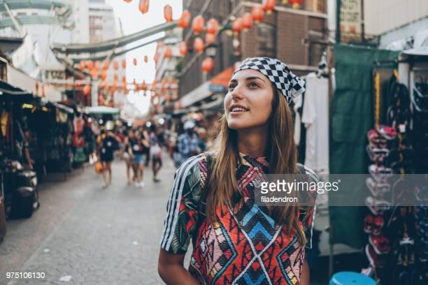 weibliche touristen auf die alte marktstraße - malaysia stock-fotos und bilder