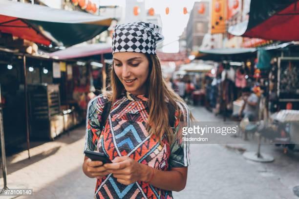 Weibliche Touristen auf der Straße mit smartphone