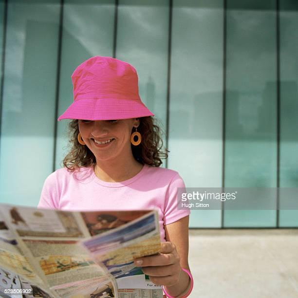 female tourist reading map (buenos aires, argentina) - hugh sitton - fotografias e filmes do acervo