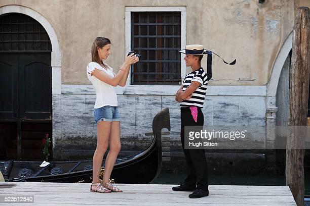 female tourist taking photograph of gondola driver - hugh sitton 個照片及圖片檔