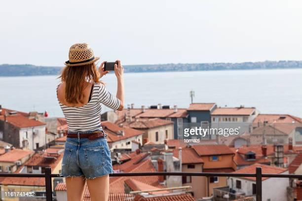 vrouwelijke toeristen foto's maken - digitale camera stockfoto's en -beelden